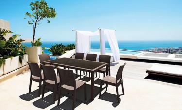 Zestaw mebli na taras z dużym stołem obiadowym i krzesłami z tworzywa sztucznego bez podłokietników