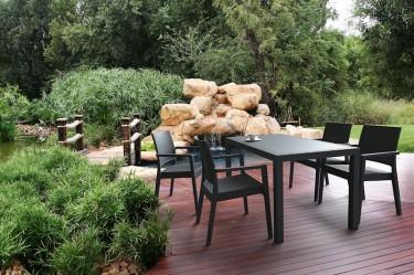 Meble ogrodowe z dużym stołem obiadowym oraz krzesłami z podłokietnikami