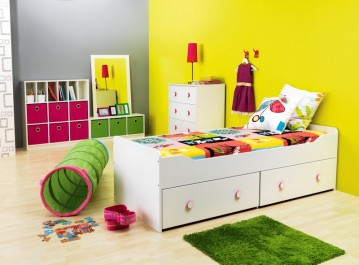 Młodzieżowe łóżko z szufladami na pościel oraz biała komoda z kolorowymi uchwytami