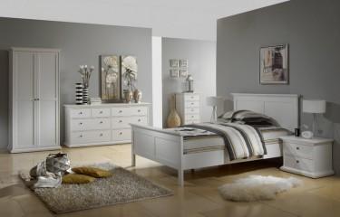 Komplet białych mebli do sypialni z komodami oraz dwudrzwiową szafą i łóżkiem z wysokim wezgłowiem