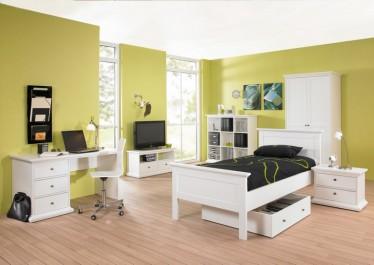 Kolekcja białych mebli w stylu prowansalskim z dwudrzwiową szafą i biurkiem z trzema szufladami