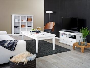 Biała ława na czterech nogach oraz szafka RTV i regał z półkami w stylu prowansalskim