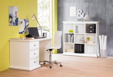 Białe biurko z szufladami oraz otwarty regał półkowy w stylu prowansalskim