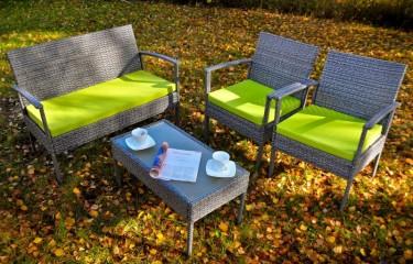 Stolik ze szklanym blatem, 2 fotele oraz sofa w zalesionym ogrodzie przydomowym