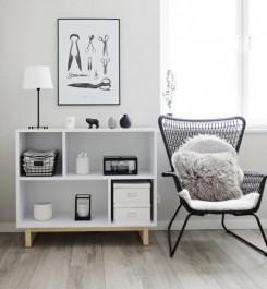 Biały prostokątny regał z otwartymi przestrzeniami i podstawą z drewna sosnowego