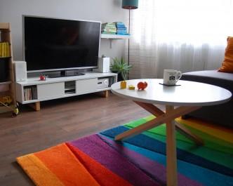 Stolik kawowy z okrągłym blatem i podstawą z drewna sosnowego oraz szafka RTV z trzema przestrzeniami do przechowywania