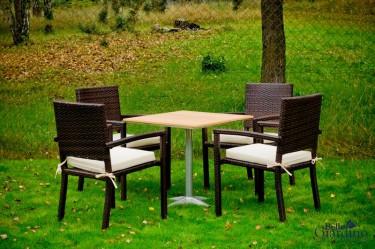Zestaw mebli ogrodowych dla 4-osobowej rodziny w jesiennej scenerii ogrodu