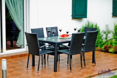Zestaw mebli stołowych z rattanu syntetycznego stół i 6 krzeseł na tarasie wyłożonym płytkami