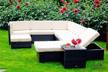 Duży zestaw mebli z technorattanu z regulowanym łóżkiem i stolikiem w kwitnącym ogrodzie