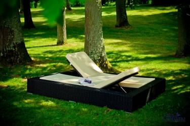 Ekskluzywne łóżko dwuosobowe z regulacjami w zalesionym ogrodzie ustawione w cieniu drzew