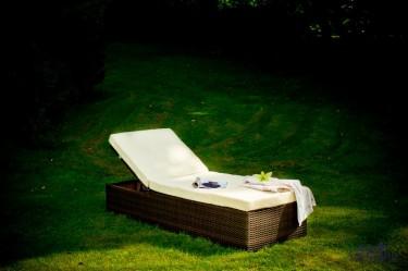 Łóżko z regulowanym oparciem i miękkim materacem w przydomowym ogrodzie