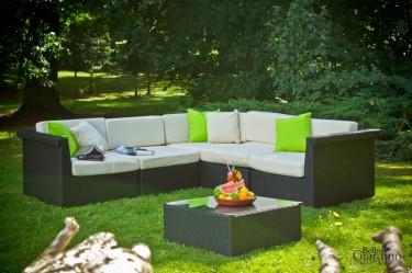 Zestaw mebli modułowych z miękkimi poduszkami w zalesionym ogrodzie