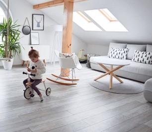 Okrągły stolik kawowy na podstawie z drewna sosnowego oraz biały bujany fotel