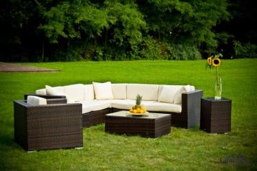 Modułowy zestaw ze stolikiem i fotelem w przydomowym ogrodzie