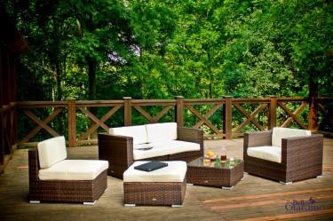 Meble wypoczynkowe z miękkimi poduszkami na drewnianym tarasie z widokiem na las