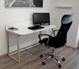 Skandynawskie biurko z zabudowanym tyłem i sosnową podstawą w formie płóz