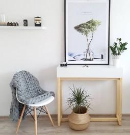 Konsola w stylu skandynawskim z pojemną szufladą oraz krzesło na drewnianej podstawie