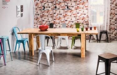 Kolorowe designerskie krzesła i stołki barowe wykonane z metalu