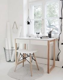 Biurko z szufladami i prostokątnym blatem oraz taboret na skośnych nóżkach z drewna bukowego