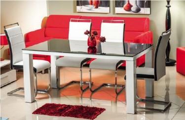 Krzesła tapicerowane ekoskórą na metalowych płozach i stół z połyskującym blatem
