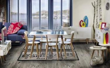 Zestaw białych mebli skandynawskich przełamanych ciepłym odcieniem drewna