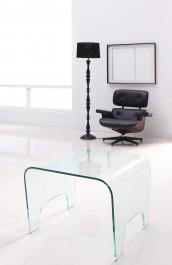 Designerski fotel skórzany w towarzystwie kwadratowego stolika z bezbarwnego szkła giętego