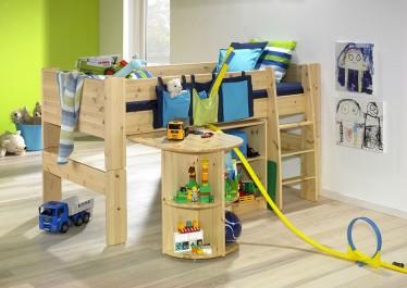 Łóżko na antresoli z drewna sosnowego i regał z dwiema półkami w chłopięcym pokoju