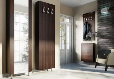 Zestaw mebli z szafą przesuwną i wieszakiem w nowoczesnym przedpokoju z kremowymi płytkami na podłodze i dużym oknem