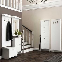 Tradycyjne białe meble w stylu prowansalskim w przedpokoju ze schodami i antresolą