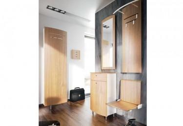 Zestaw mebli ze składanym siedziskiem w przedpokoju z drewnianą podłogą i dużym oknem