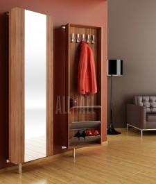 Szafa z lustrem na ubrania i obuwie w nowoczesnym przedpokoju z drewnopodobną podłogą