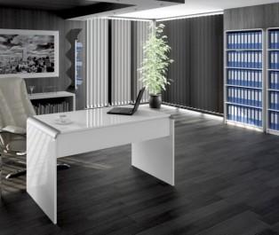 Luksusowy gabinet dyrektorski ze skórzanym fotelem i białymi meblami w wysokim połysku