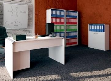 Białe meble w wysokim połysku w sali lekcyjnej ze strukturami dekoracyjnymi na ścianach i wykładziną na podłodze