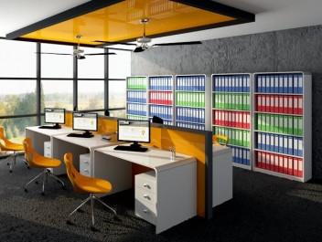 Biuro pracownicze z wykładziną na podłodze i dużym oknem wyposażone w białe meble w wysokim połysku