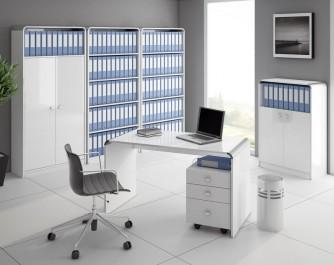 Zestaw białych mebli w wysokim połysku w ekskluzywnym biurze z szarymi ścianami i białymi płytkami na podłodze