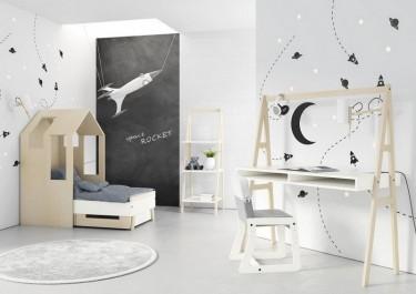 Biurko z krzesłem na drewnianej podstawie oraz łóżko i regał drabinka w stylu skandynawskim