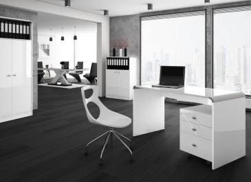 Luksusowy gabinet z dużym oknem i ciemną drewnianą podłogą wyposażony w zestaw mebli o połyskującej powierzchni