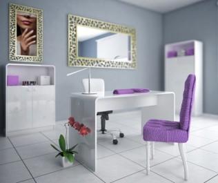 Zestaw białych mebli o połyskującej powierzchni w ekskluzywnym salonie kosmetycznym z lustrem i obrazem w złotej ramie