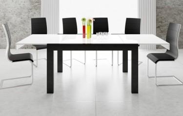 Dwukolorowy stół o połyskującej powierzchni z rozkładanym blatem w nowoczesnej jadalni