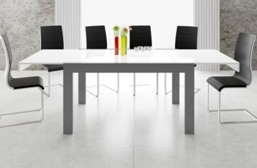 Rozkładany stół z białym blatem i tapicerowane krzesła na płozach w jadalni z oknem i długimi zasłonami