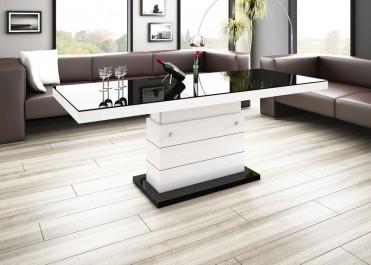Ława i stół w jednym o połyskującej powierzchni jako uzupełnienie salonu z drewnianą podłogą i skórzanymi sofami