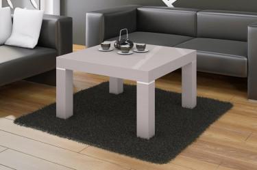 Biała ława w wysokim połysku jako miejsce na filiżankę z kawą lub herbatą w luksusowym salonie ze skórzanym wypoczynkiem