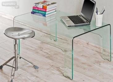 Bezbarwne biurko ze szkła giętego w domowym kąciku gabinetowym