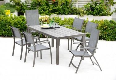 Zestaw mebli dla 6 osób ze składanymi krzesłami na tarasie porośniętym roślinami zielonymi