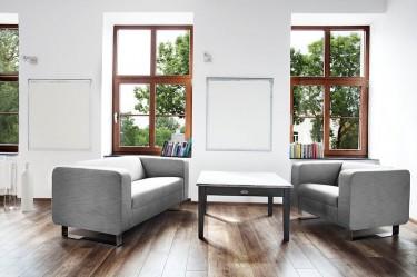 Tapicerowane sofy na płozach z miejscem siedzącym dla dwóch osób w przestronnym salonie