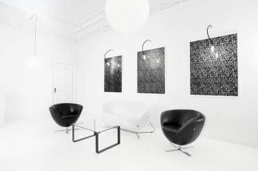 Luksusowe wnętrze ze skórzaną sofą i fotelami oraz szklanym stolikiem na płozach