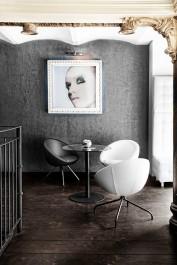 Skórzane fotele wypoczynkowe i okrągły stolik na jednej nodze ze szklanym blatem