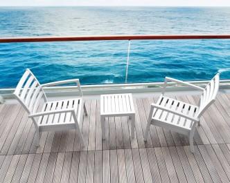 Białe krzesła z podłokietnikami z tworzywa sztucznego i kwadratowy stolik kawowy na czterech nogach