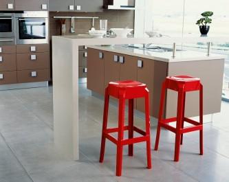 Wysokie stołki kuchenne bez oparcia z tworzywa sztucznego przy aneksie w nowoczesnej kuchni