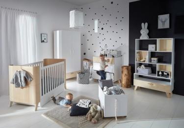 Zestaw mebli w stylu skandynawskim z łóżeczkiem z funkcją tapczanika i skrzynią na zabawki w dużym pokoju dziecięcym